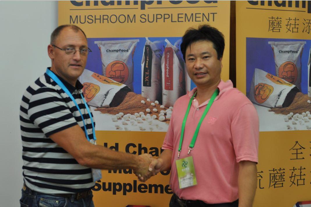 2012.08.27与合作伙伴ChampFood International The Netherlands荷兰Eirc Vernooij先生在第18届国际食用菌大会见面-亿昌菌业