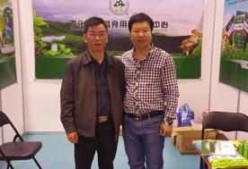 5月10日下午,山东青岛召开的国际新产品新技术博览会上张东平先生(左)与云南大学沙涛(教授)(右)交流野生菌驯化时合影-亿昌菌业