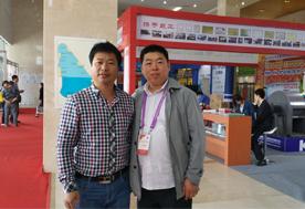5月10日下午,山东青岛召开的国际新产品新技术博览会上张东平先生(左)与2015青岛会议与中国食用菌商务网—CEO、《食用菌市场》执行社长李昊(右)合影-亿昌菌业