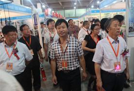 2015 中国食用菌产业年会暨第二届中国食用菌博览会-张东平经理和其它嘉宾参观展位