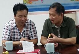 华中农业大学教授吕作舟(右)与亿昌菌业张经理交流