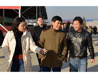 中国食用菌协会常务副会长高茂林(中)、遵化市副市长梁辉(左),对亿昌公司为遵化市食用菌发展做出的突出贡献